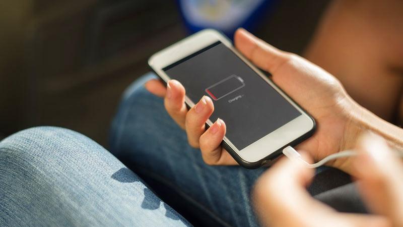 Cara mengisi baterai ponsel agar lebih cepat penuh adalah dengan mengisinya di stopkontak pada dinding.
