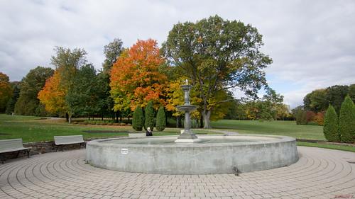 Fontaine - Automne, autumn - Parc du Bois-de-Coulonge, Québec, Canada - 7770