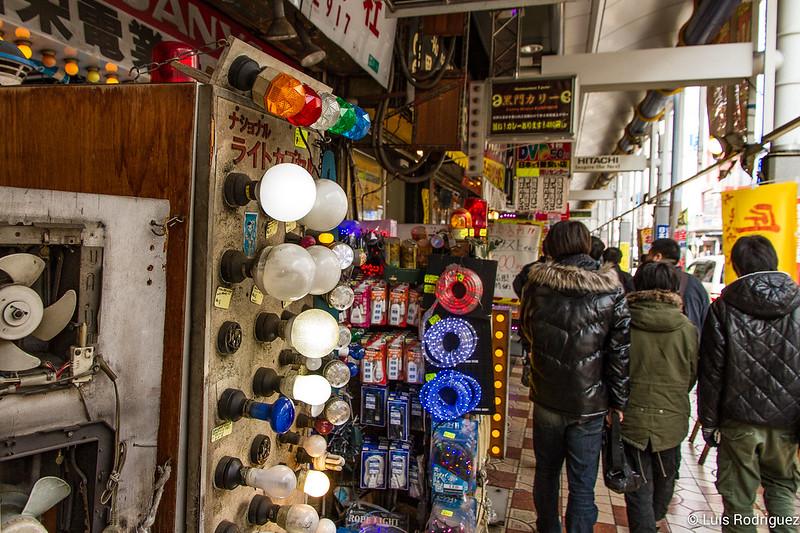 Tiendas de iluminación y recambios típicas de Den Den Town