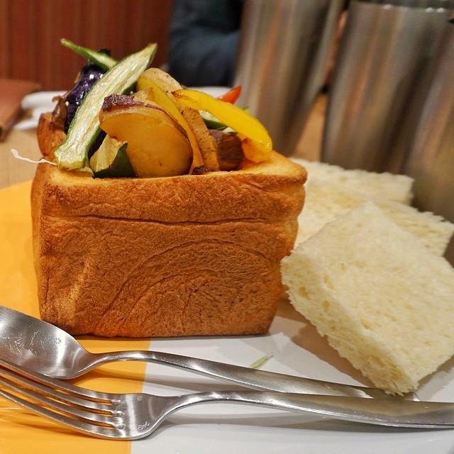 俺のBakery&Cafe 俺盛り!食パンカレー 季節の野菜と一緒に