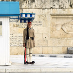 Afbeelding van Tomb of Unknown Soldier. 2018 αθήνα city tomb eu europa greece ελλάδα man soldier πλατείασυντάγματοσ guard athens monument square wall palace capital centro tradition attica day gedenkstätte europe people street uniform canopy blue baldachin βουλή government parliament