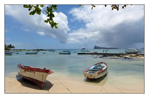exterieur paysage landscape mer eaudemer seawater sable sand îlemaurice mauritius plage beach bateaux boats barques personnes