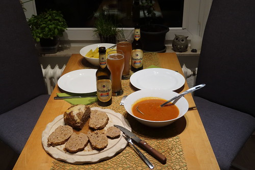 Hackbraten mit Tomatensoße und Salzkartoffeln (Tischbild)
