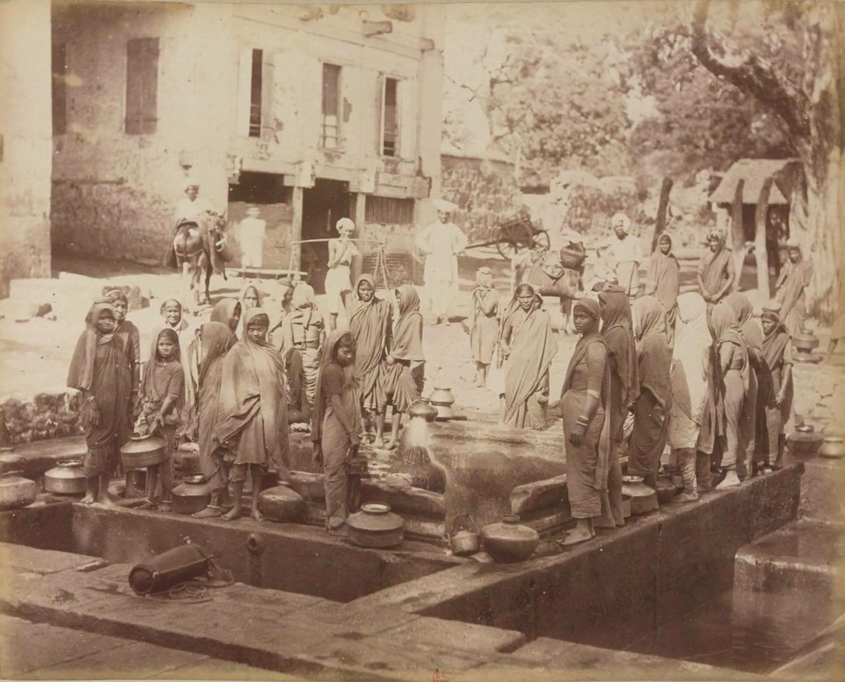 Индийские женщины у фонтана