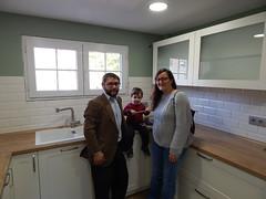 Marina, Isidro y el Peque en su cocina