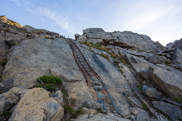 長い鉄梯子