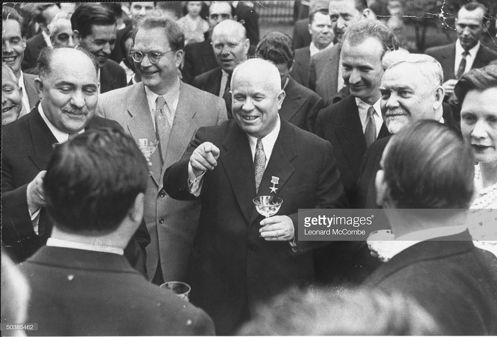 Лазарь Каганович, Никита Сергеевич Хрущев и Николай Булганин, стоящие среди большой группы американских и советских шахматистов