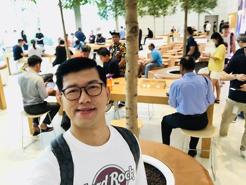 Shopping iPhone XS Max di Apple Store Singapore