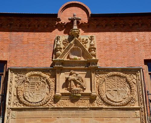 Benavente (Zamora-España). Antiguo Hospital de la Piedad. Portada. Relieve de la Piedad y escudos de los fundadores