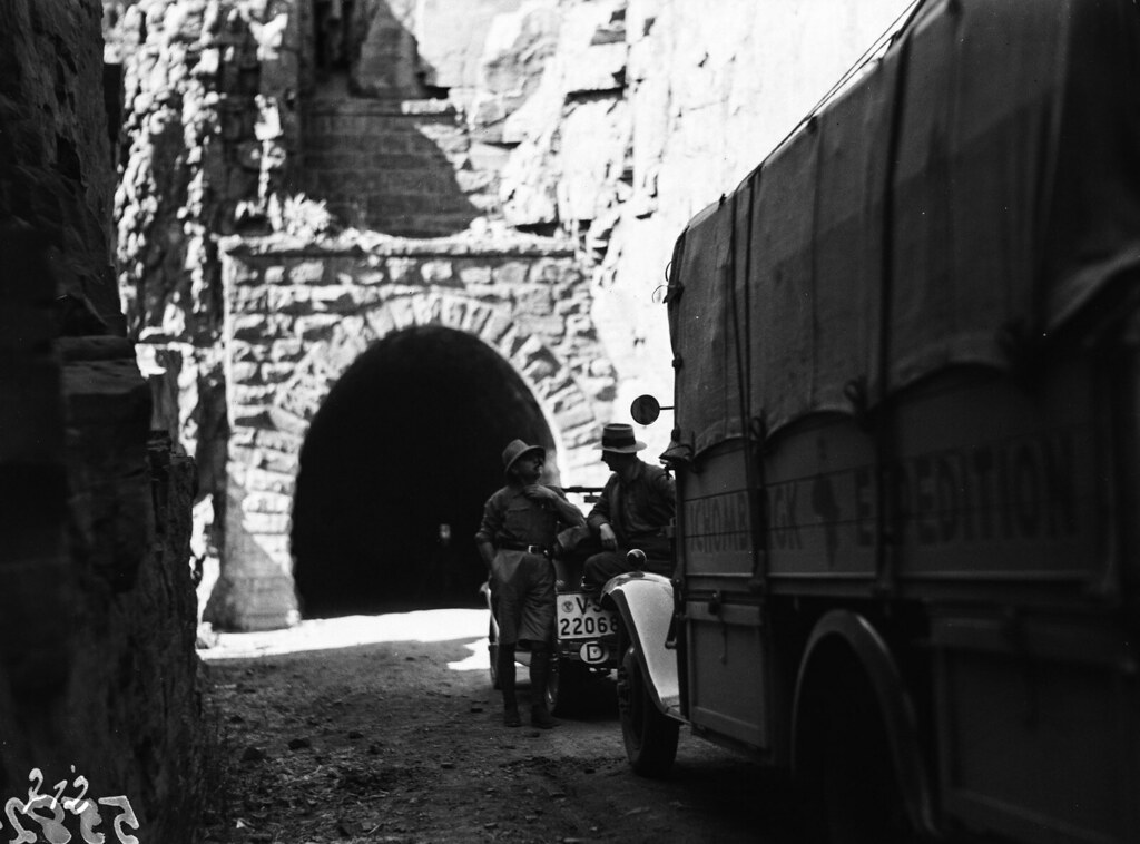 Окрестности Претории. Участники экспедиции с автомобилями перед туннелем