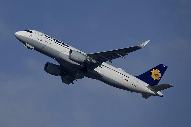 D-AIUM A320-214W Lufthansa, GVA2018-12-01, Sony DSC-RX10M3, Sony 24-600mm F2.4-4.0