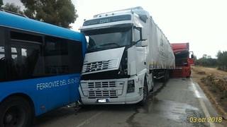 Il camion ha sfondato il posteriore del bus