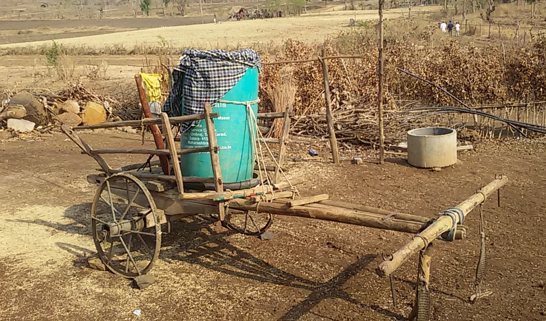 बैलगाड़ियों पर ढोकर लाते हैं पानी