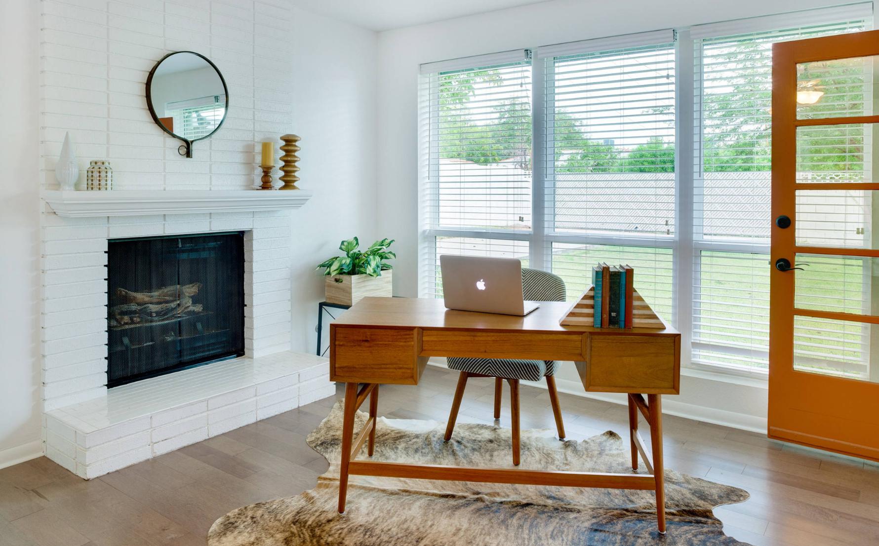 Ruangan untuk bekerja online jarak jauh dari rumah sendiri