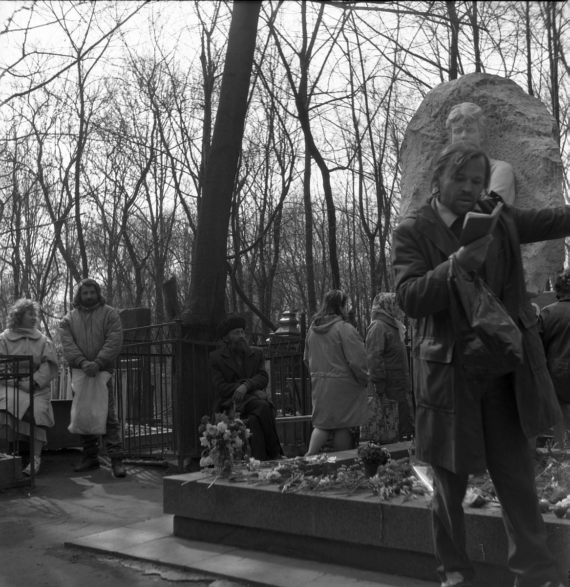 Чтение стихов на могиле Есенина. Ваганьковское кладбище