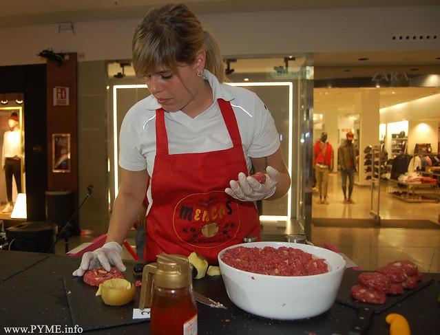 Ainhoa Acosta, ganadora del VI concurso 'La mejor hamburguesa de Salamanca' prepara la hamburguesa vencedora.