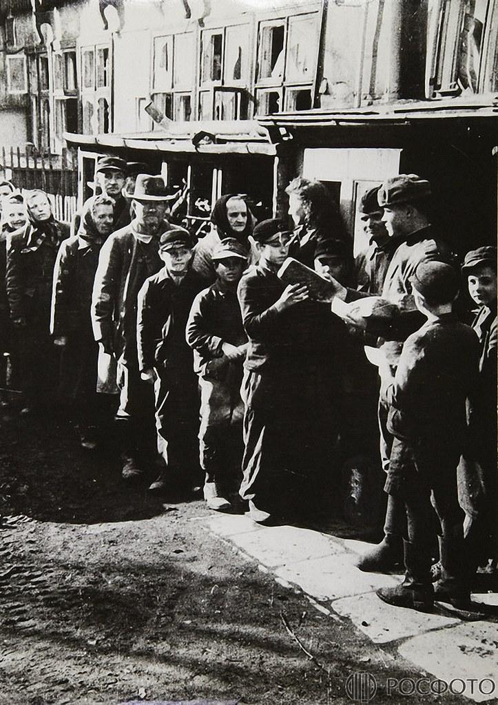 1945. Советские воины раздают хлеб немецкому населению