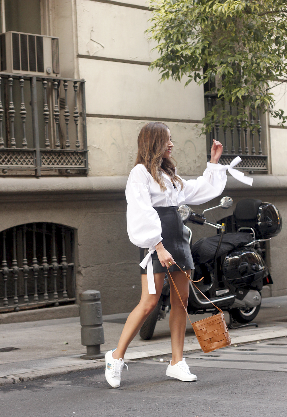 black leather skirt white shirt white sneakers la redoute street style fall outfit 201803