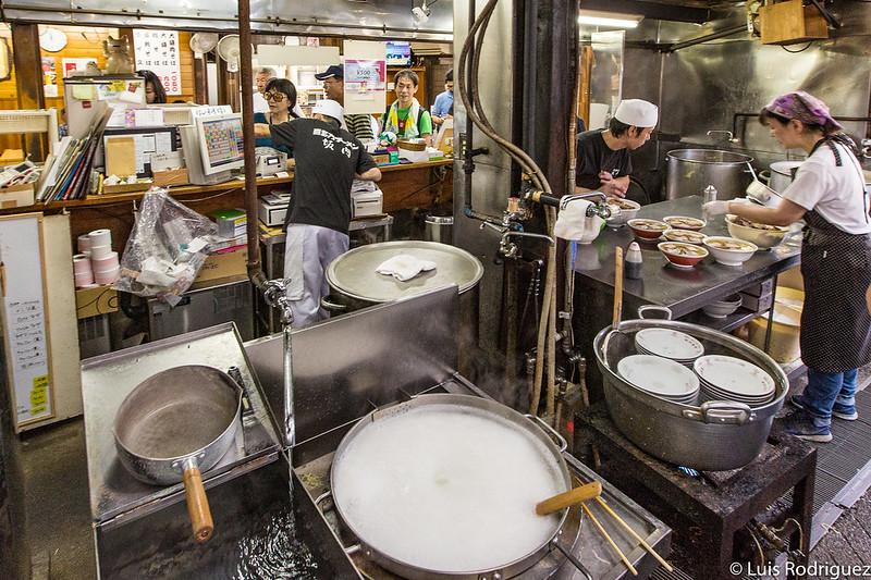 Elaborando ramen en el restaurante Bannai