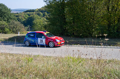 Red & blue Clio - Photo of Postroff