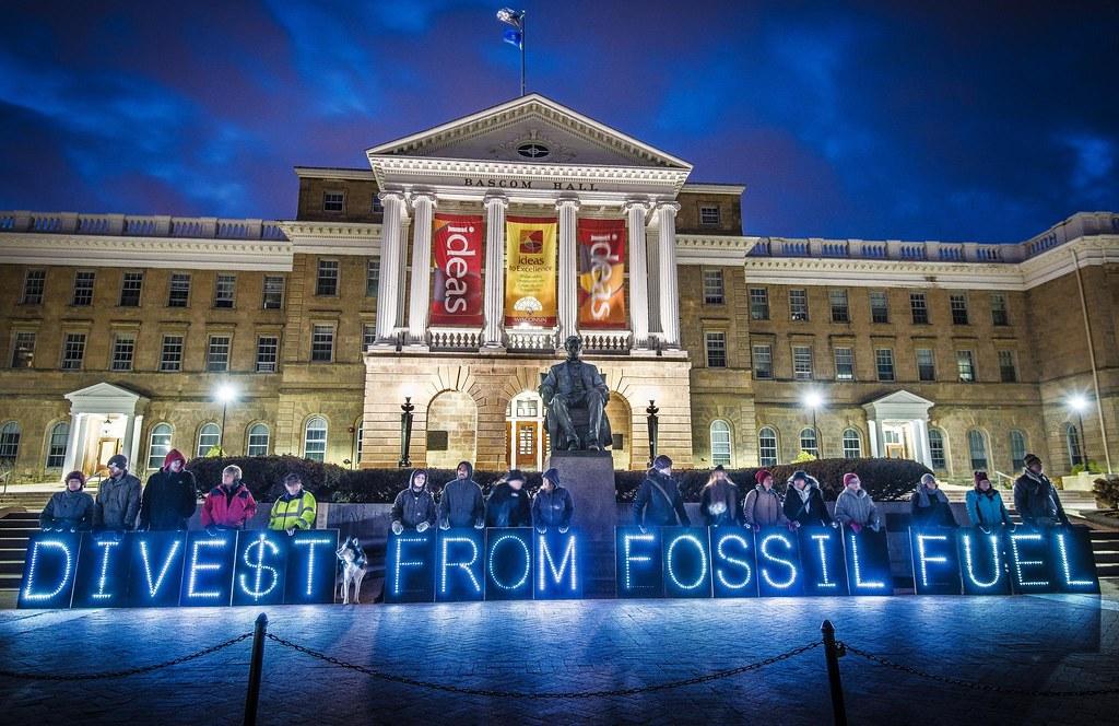 美國麥迪遜大學學生向學校要求撤資活動照。圖片來源:350.org flickr