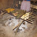 Grillgut bei den Kichwa im östlichen Ecuador