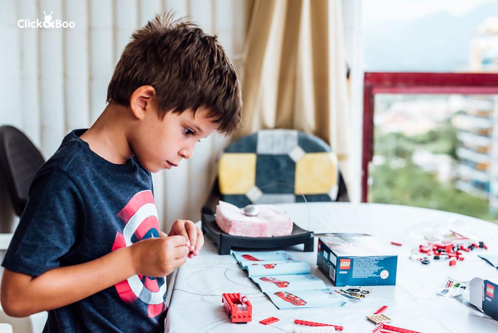 La construcción de Legos, uno de sus pasartiempos favoritos. Se puede pasar las horas muertas! En esta ocasión, había que construir un autobús londinense de dos pisos.