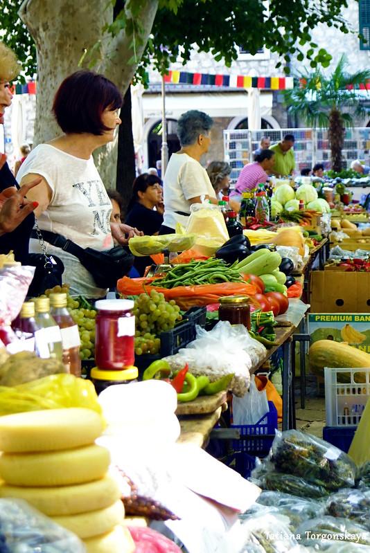 Прилавки на рынке в Требине