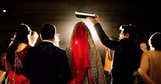 What does Islam say about holding the Quran over the bride's