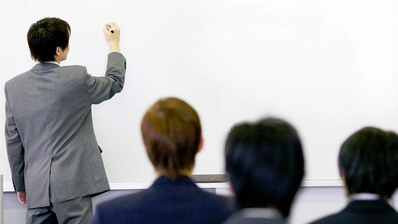 Ilustrasi: guru mengajar di kelas.