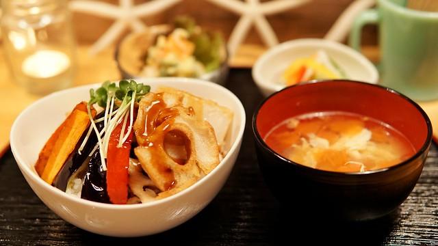 きくやマルシェ夜カフェ 彩り野菜のかき揚げ丼