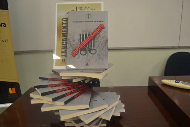 """Lançamento de """"Criptoindiciamento"""", de autoria do professor Fernando Shimidt, do curso de Direito, Sala do Juri, Feira de Livros da Metodista"""