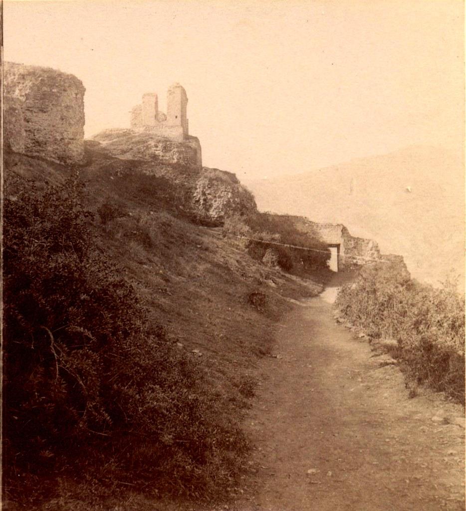 Руины крепости возле здания бывшей обсерватории