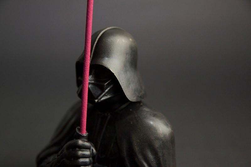 混入原力黑暗面的誘人香味! Eye Candle 造型蠟燭工作室《星際大戰》達斯·維德黃銅半身香插組 Darth Vader Incense Holder