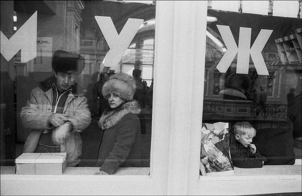 1987. ГУМ. Люди за витриной