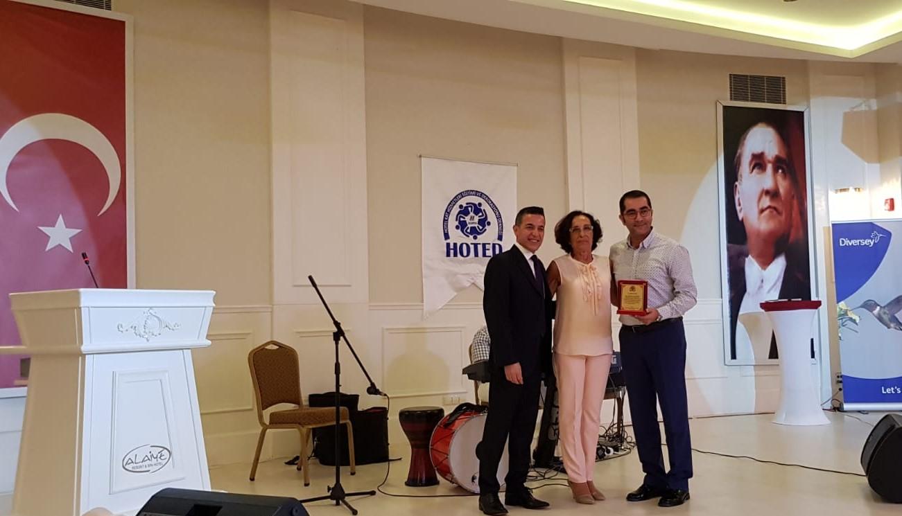 Alaiye otel genel müdürü Selim Soylu'ya plaket takdim edildi