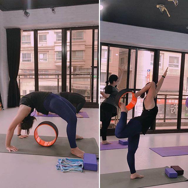 20181016 第676堂課 瑜伽輪 第677堂課 空中瑜伽 今日有新課程 瑜伽輪 期待了好久了 上完之後一樣很喜歡 Joy life 開的課程 真的沒有一堂讓人失望的 而且這樣幾個月冒出一堂新課程 也讓我們很有新鮮感 身體與心靈都會有不同的感受 (手比愛心) #有運動沒在怕的 #運動使人開心 #40歲以後找回自己 #瑜伽輪