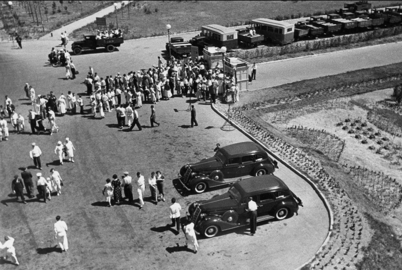 1938. Выходной день (Автомобильная выставка).
