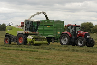 Claas Jaguar 890 SPFH filling a Smyth Trailers Field Master Trailer drawn by a Case IH Puma 160 Tractor