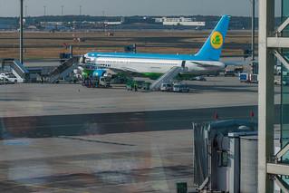 Flugzeug der Uzbekistan Airways am Flughafen Frankfurt
