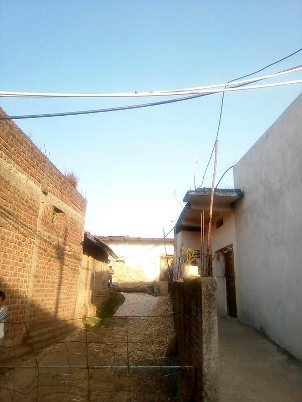 बिजली के तारों के साथ पानी की पाइप लाइन