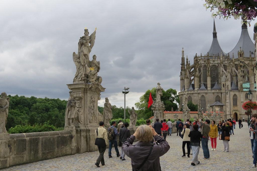 Толпы туристов возле собора святой Барбары