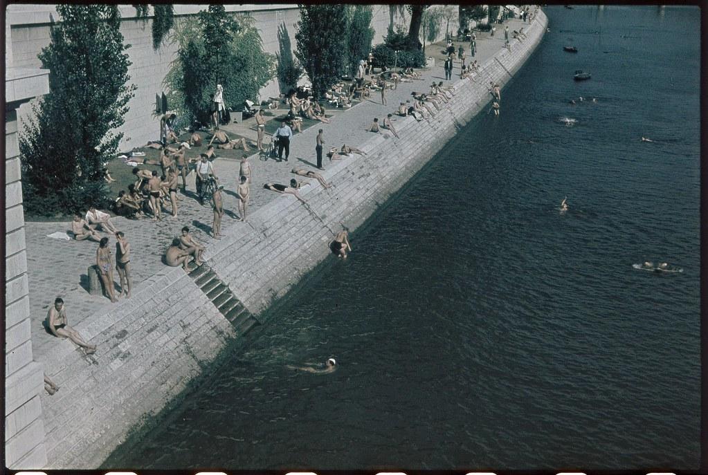 Отдыхающие на берегах Сены (вид с моста Каррузель)