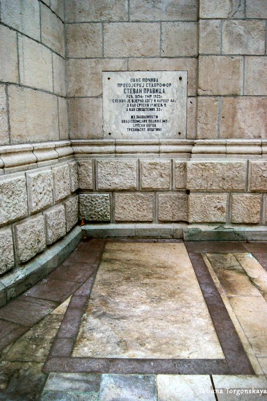 Захоронение у стен собора