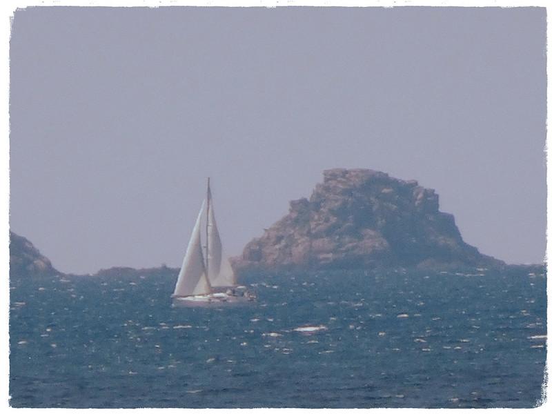 Velero e isla rocosa