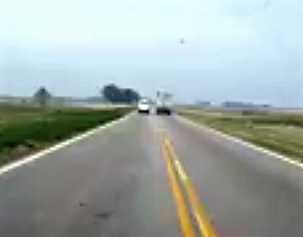 movil oficial pasando un camión en doble linea amarilla