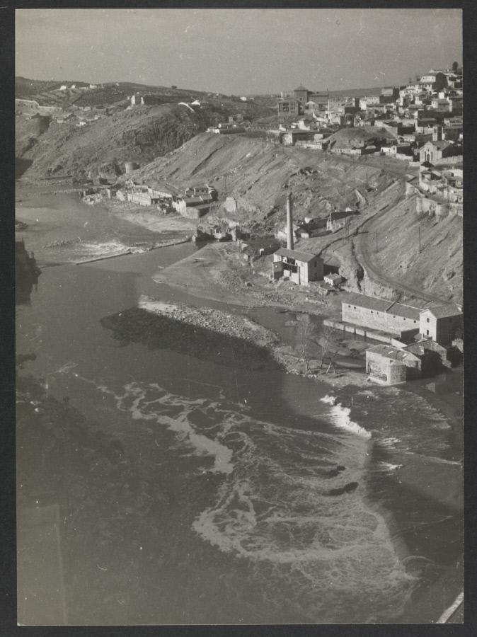 El Tajo y parte de la ciudad de Toledo. Fotografía de Yvonne Chevalier en 1949 © Roger Viollet