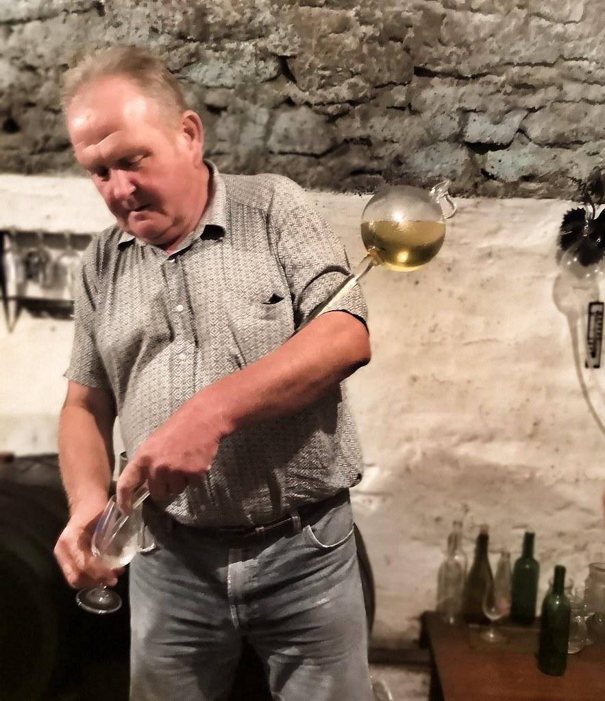 Perinteinen viininmaistelun työväline, jolla saa viiniä suoraan koripullosta.
