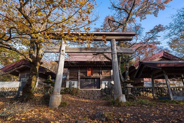 武甲山頂に建つ御嶽神社