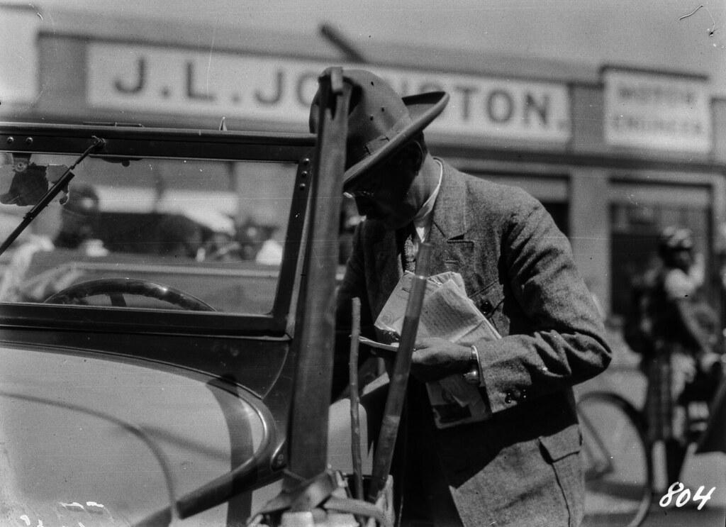 Южная Родезия. Солсбери. Мужчина стоит возле автомобиля.